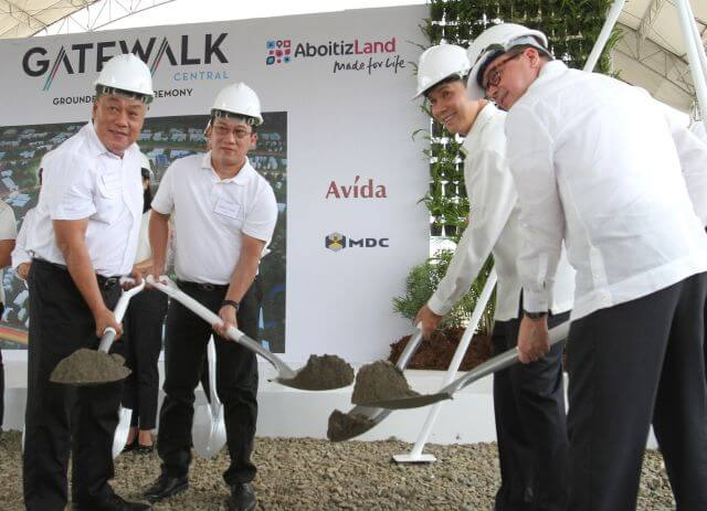 GATEWALK CENTER GROUNDBREAKING/JUNE 6, 2016: Cebu Gov. Hilario Davide III; Outgoing Mandaue City Mayor Jonas Cortes; Bobby Dy, President and CEO of Ayala Land, Inc.; Andoni Aboitiz, AboitizLand Board / President CEO (from L-R) lead the groundbreaking ceremony of the Gatewalk center at barangay Subandaku Mandaue City.(CDN PHOTO/JUNJIE MENDOZA)